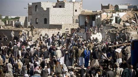 Υεμενίτες ψάχνουν για επιζώντες σε κτήριο κατεστραμμένο από αεροπορικό βομβαρδισμό