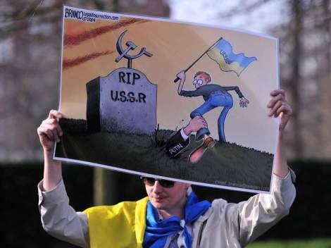 """Φωτογραφία από συγκέντρωση που είχε γίνει το 2014 έξω από στο σπίτι του πρέσβη των ΗΠΑ στο Λονδίνο """"υπέρ της Ουκρανίας"""" και """"ενάντια στη ρωσική επιθετικότητα"""". Φανταζόμαστε ότι κάπως έτσι θα είναι το ιδεολογικό στίγμα του """"φεστιβάλ"""": αισχρός αντικομμουνισμός ανάμικτος με ξέπλυμα του φασισμού και του δυτικού ιμπεριαλισμού."""