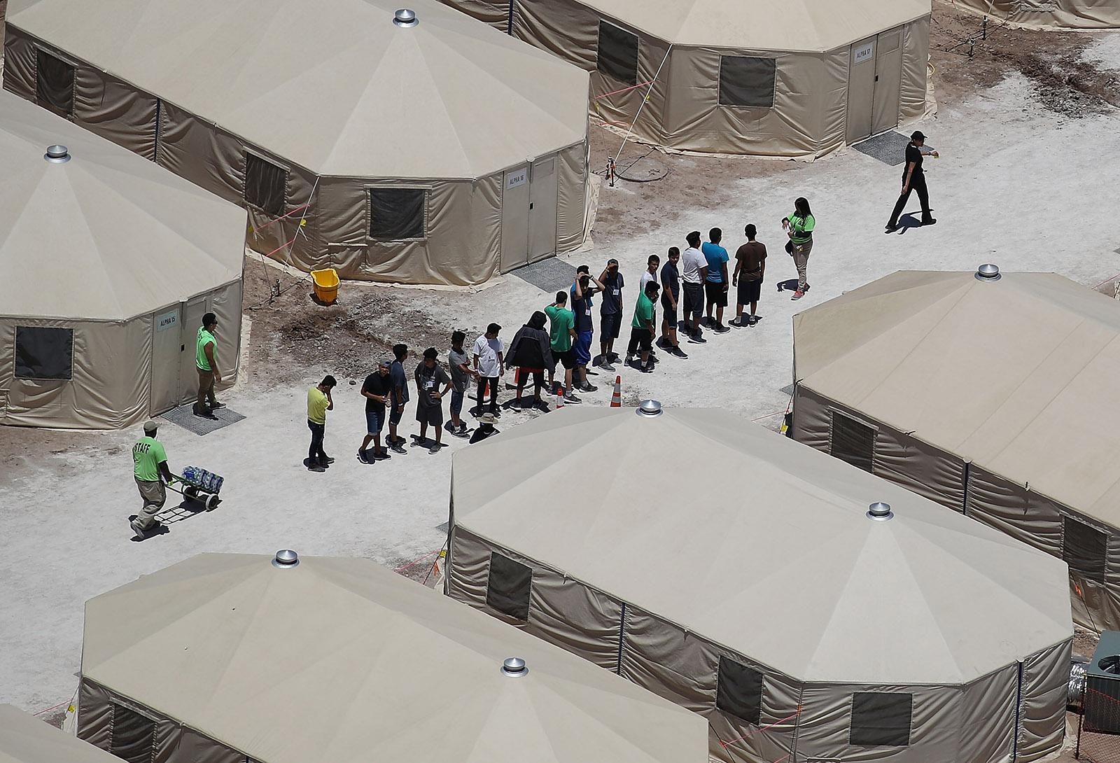Ο πόλεμος του Τραμπ ενάντια στους μετανάστες – Σχεδόν 15.000 ανήλικοι βρίσκονται έγκλειστοι σε κέντρα κράτησης στις ΗΠΑ